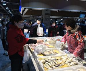 鲜鱼上市 市民尝鲜