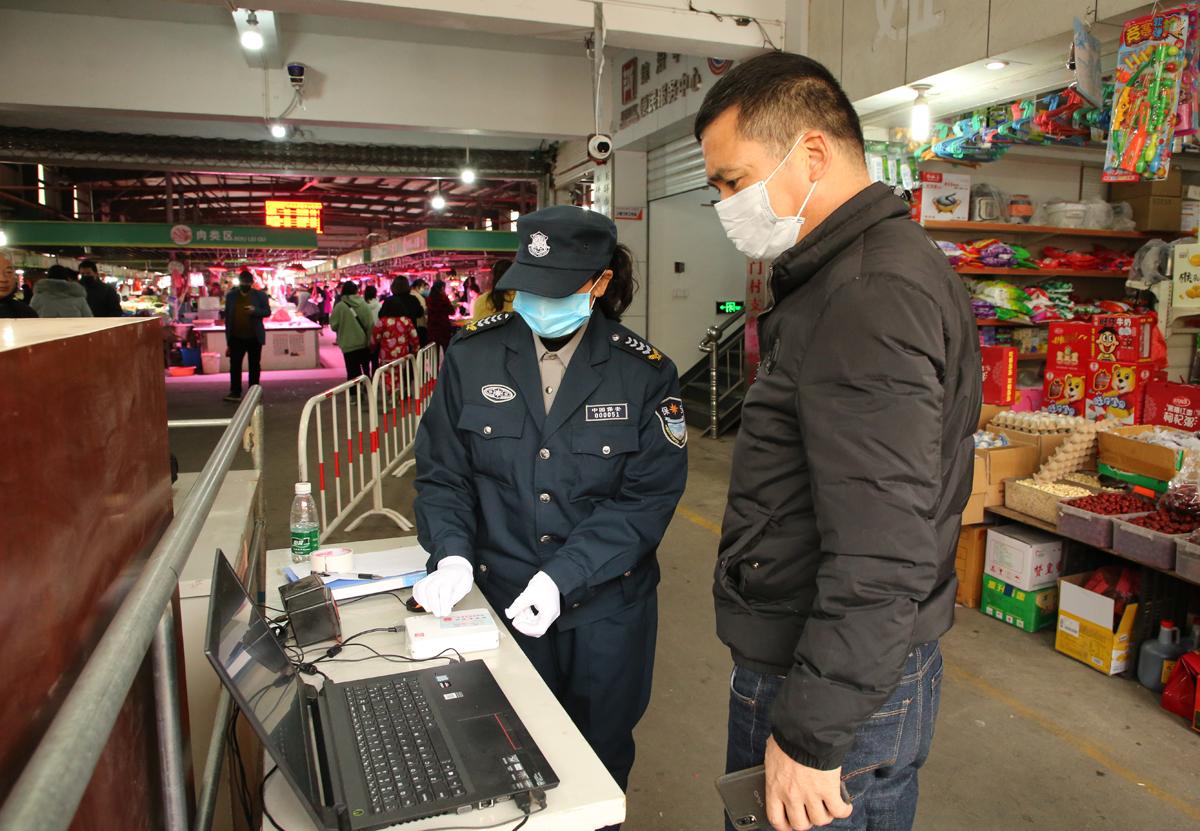 干江:刷身份证代替翻找健康码,这个菜场进门只要两秒钟