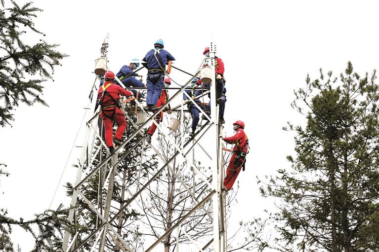 国网龙泉市供电公司施工人员开展铁塔组立工作