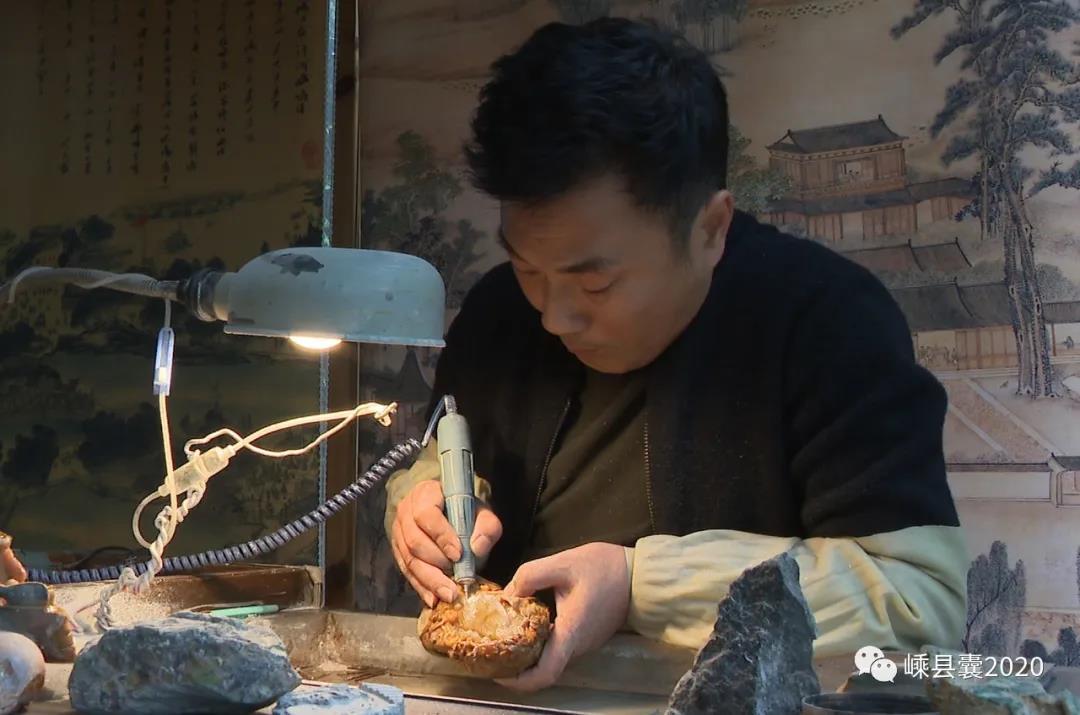 """嵊州这位省级玉石雕刻师,以艺战""""疫"""",巧琢璞玉"""