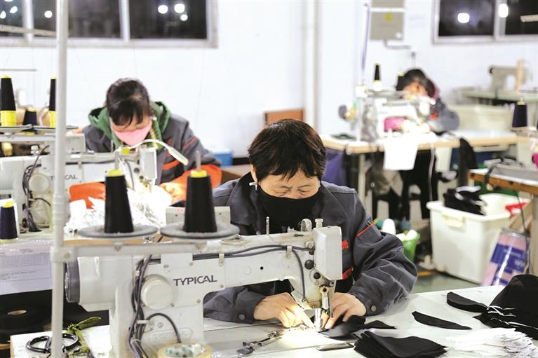 浙江能福旅游生产有限公司工人们正忙着生产防护民用口罩