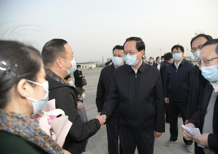 我省援鄂首批返浙医疗队凯旋 书记省长机场迎接