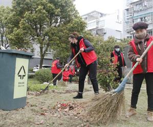 清扫小区落叶 提升人居环境