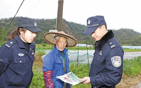 杜桥派出所民警会同禁毒办人员和网格员,在辖区内进行拉网...