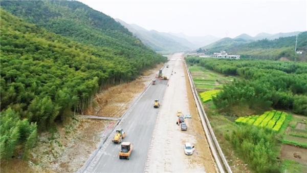 304项目开展路面水稳试验段施工