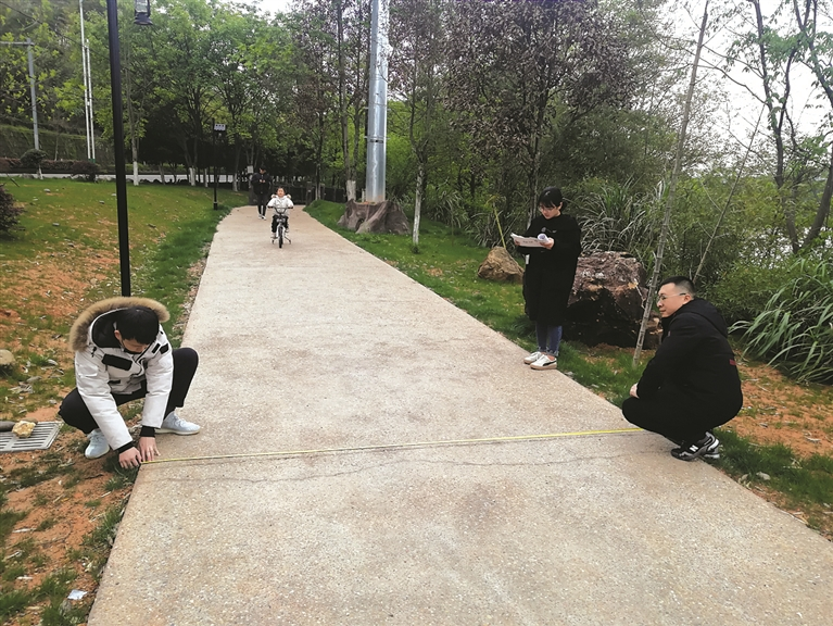 浙江深海文旅有限公司工作人员为后续投放绿道骑行系统做好前期准备工作