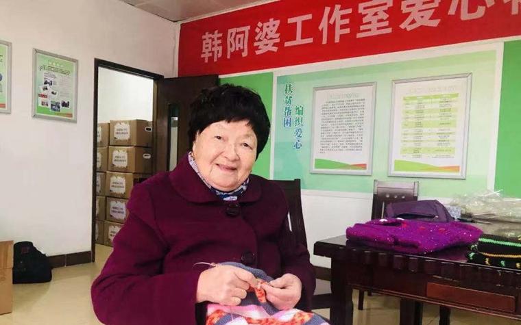 """宁波""""毛衣奶奶""""15年坚持为贫困孩子""""织爱"""""""