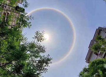 """""""彩虹""""绕日!日晕奇观刷爆朋友圈,炸出灵魂P图手"""