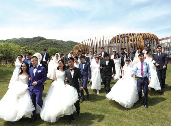"""40对新人""""疫""""路相随 钟南山、李兰娟院士为德清这场特殊的集体婚礼送上祝福"""