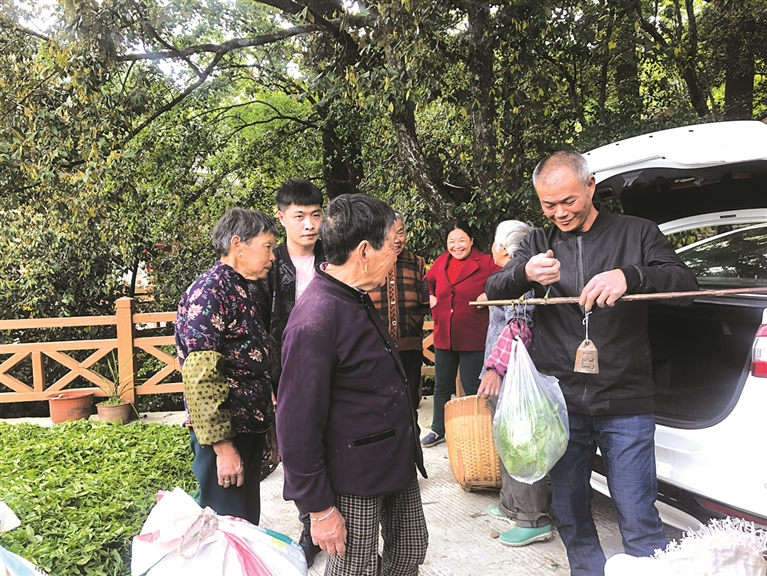 茶农们将自己采摘的鲜叶带到露天市场上供茶贩们来收购