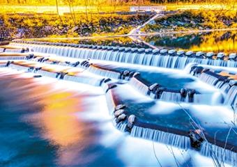 水坝夜色美如五彩池