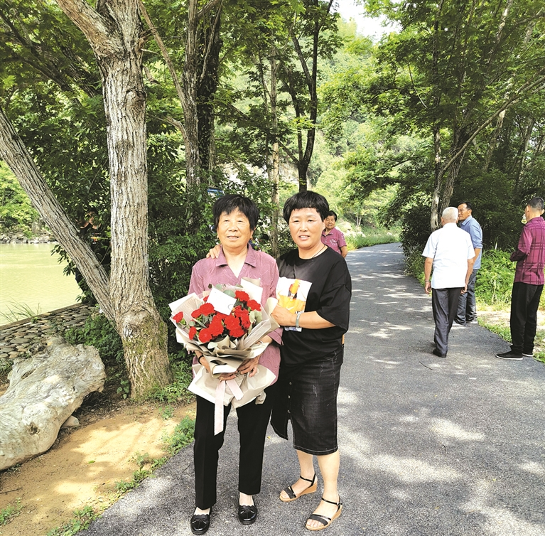 """兰巨乡蜜蜂岭村10多位母亲一起过了一个""""集体母亲节"""""""