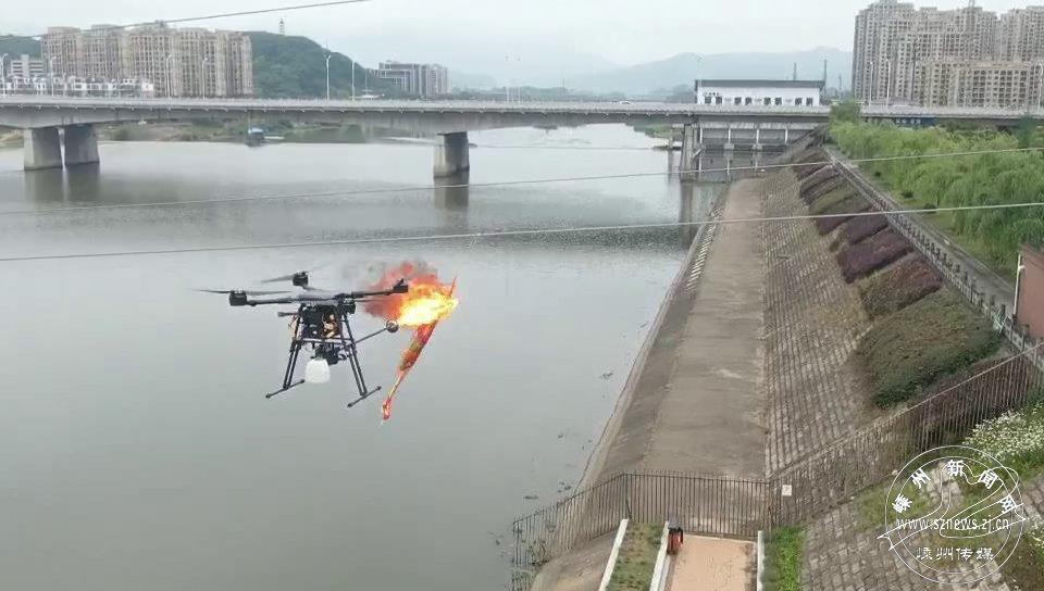 """""""喷火无人机""""消除线路异物"""