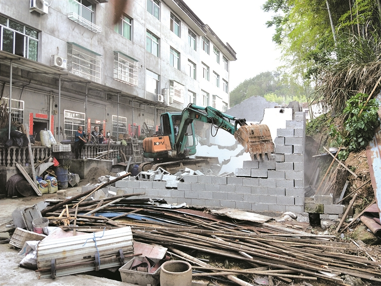 安仁镇安泰小区9号楼后首7户新发违建简易房被依法拆除