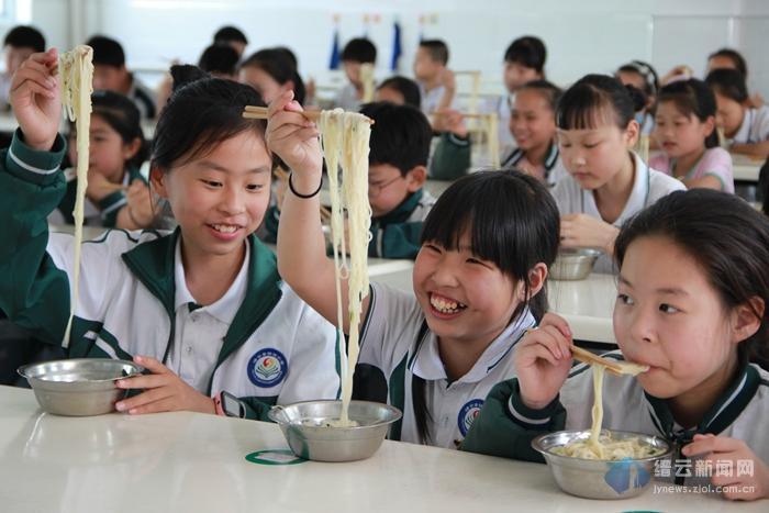 """这群孩子享受香喷喷的缙云套餐""""鸡蛋+土爽面"""""""