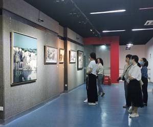 5.18世界博物馆日暨皇冠体育在线解放70周年油画作品展开展