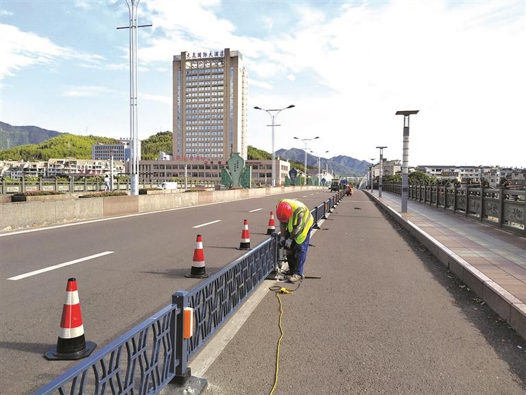 市建设局实施城市物化隔离栏杆项目