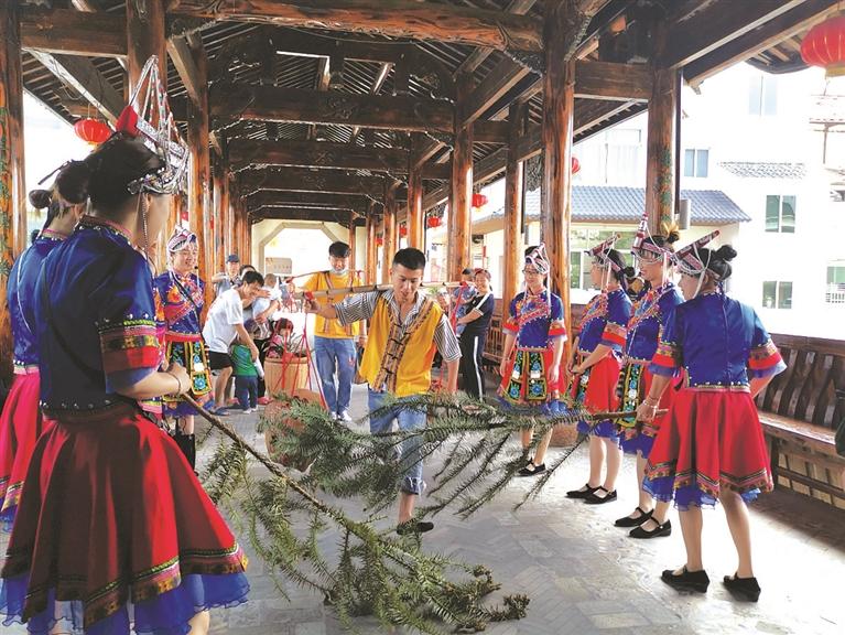 游客在竹��畲族乡体验畲族特色文化活动