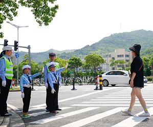 警娃上街指挥 体验父母工作