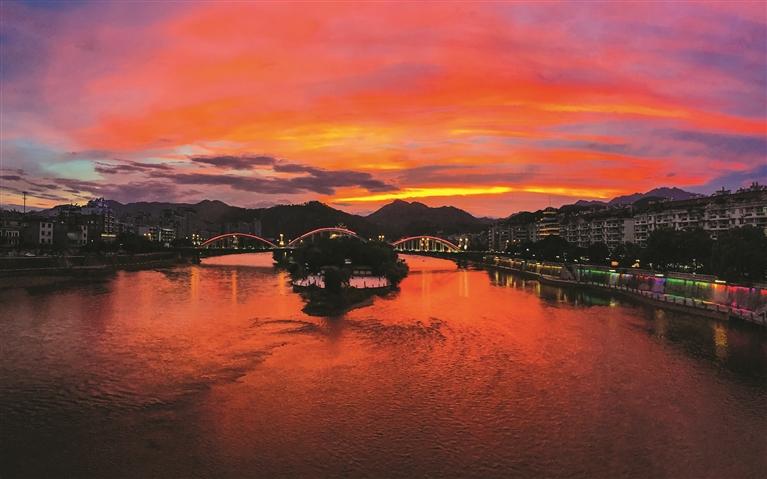 落日余晖映红一片西边云彩