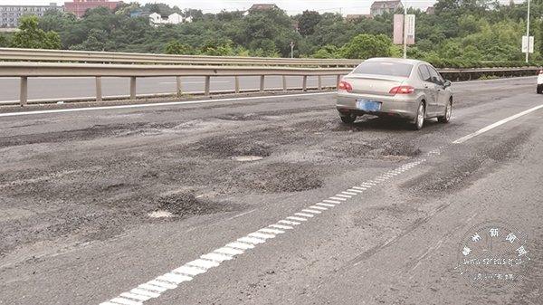 这条国道破损严重 谨慎驾驶