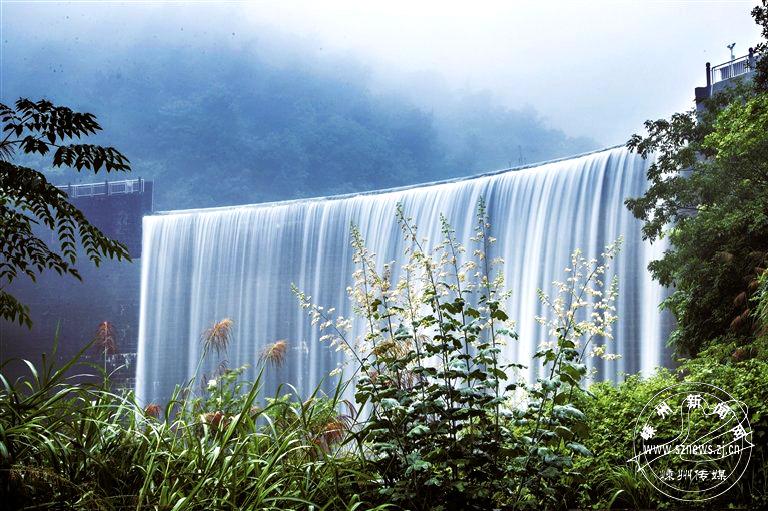水位高涨 多地现瀑布景观