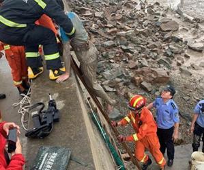 男子被困滩涂 民警、消防合力救援
