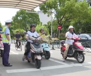 电动自行车新规实施首日 岛城查处199起未佩戴头盔行为