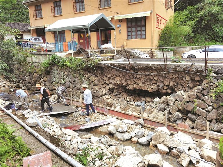 岩樟乡郑庄村的村民正在进行汛期灾后抢修工作