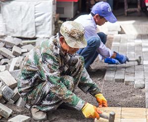 创城在行动:填平坑洼 修复破损 还人行道完好