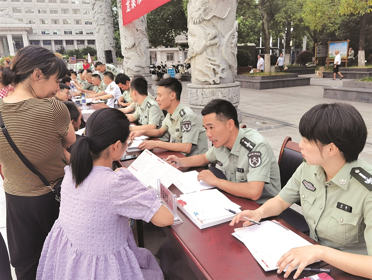 市征兵办在市人民广场开展2020年度征兵宣传咨询活动