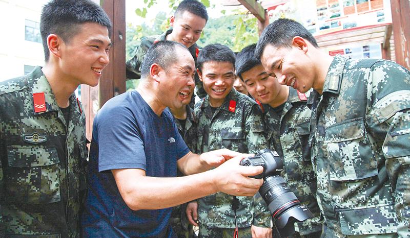摄影志愿者 聚焦子弟兵