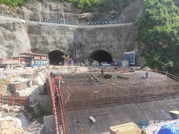 抽水蓄能电站进出水口公路隧道贯通