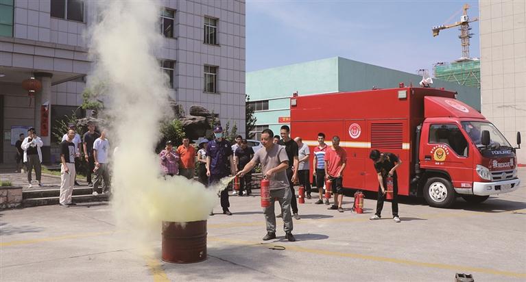 浙江龙泉经济开发区邀请市救援大队消防指战员举行消防安全知识培训及消防应急演练