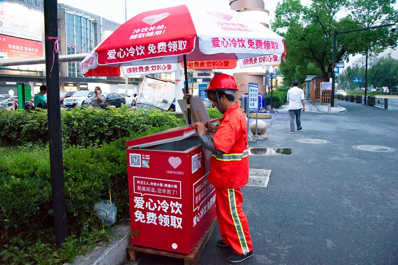 """临安街头设置爱心冰箱 """"高温工作者""""们快来免费自取"""