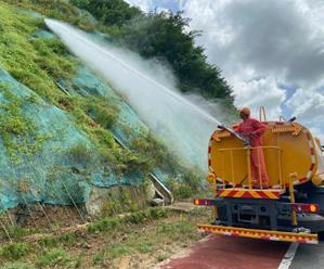 用汗水浇灌城市绿色