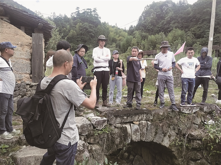 电影《挺进师》剧组来我∑市龙南乡五星村考察拍摄外景地