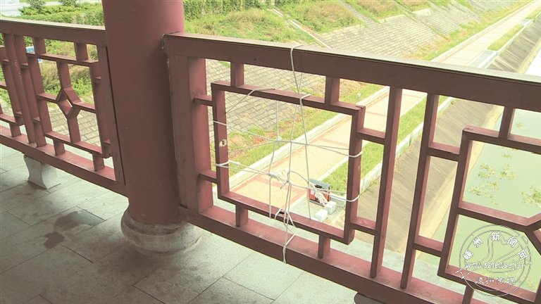 廊桥多处破损 安全隐患多