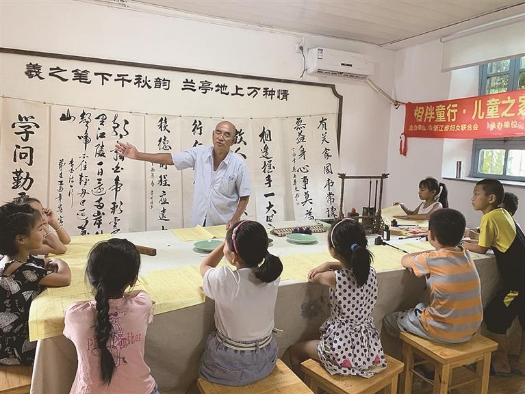 安仁镇邀请本地书法爱好者为留守儿童进行公益ζ 书法培训