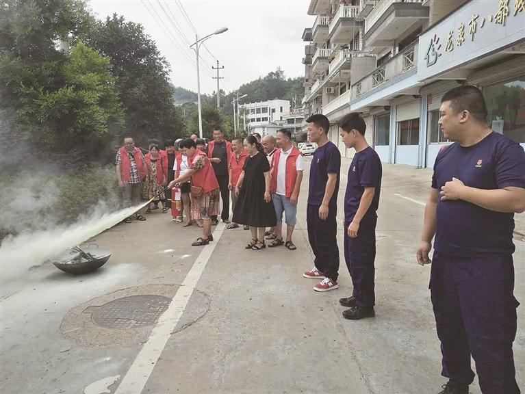 八都镇消防工作站�扇�σ�一眼工作人员到镇残疾人小康・阳光庇护中心开展灭火模拟演练