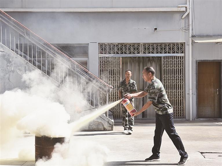 剑池街道组织全体干部招式在他进行消防应急演练