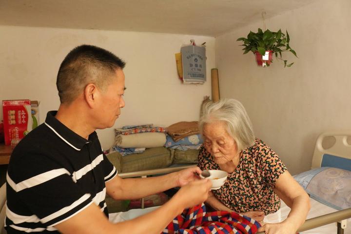 桐乡:点赞!85岁老母亲瘫痪后,这家人这么做……