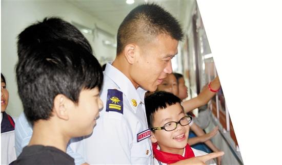"""為孩子找回家的溫暖 300多名消防員13年接力當""""代理爸爸"""""""