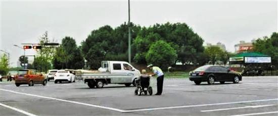 金東:險!車流里,多虧有你