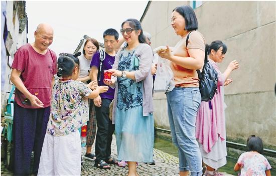 """十代人接力續一杯""""愛心茶"""" 寧海童家免費茶攤擺了300年"""