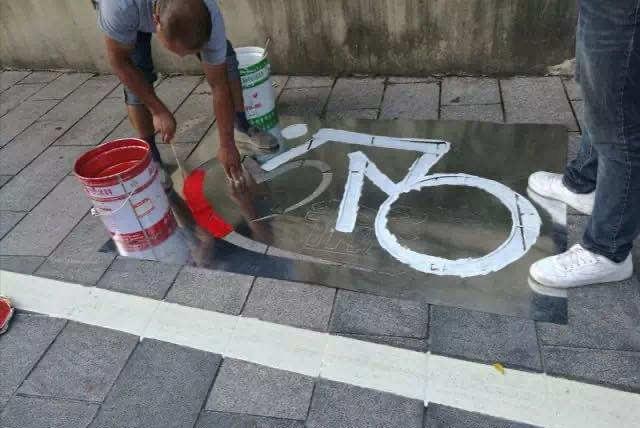 """浙江宁波:用""""i、?、N、b""""骑手画扮靓非机动车位"""