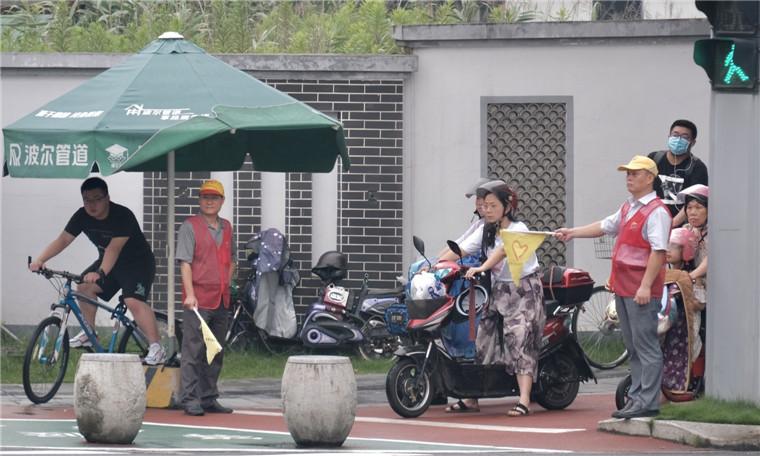 浙江宁波:文明创建我先行 机关干部志愿者齐参与