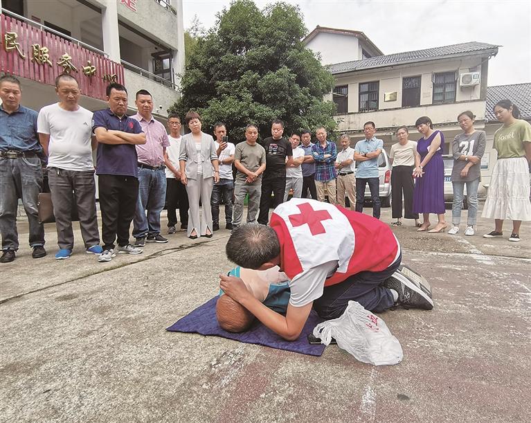 """市红十字会开展""""人人学急救、急救为人人""""现场应急救护知识宣传、普及和培训活动"""