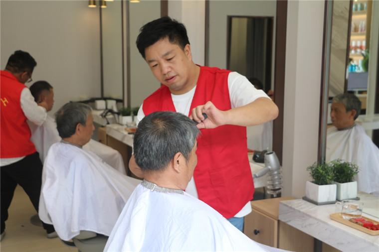 浙江寧波:蔡新軍堅持10年為老人和殘疾人免費理發