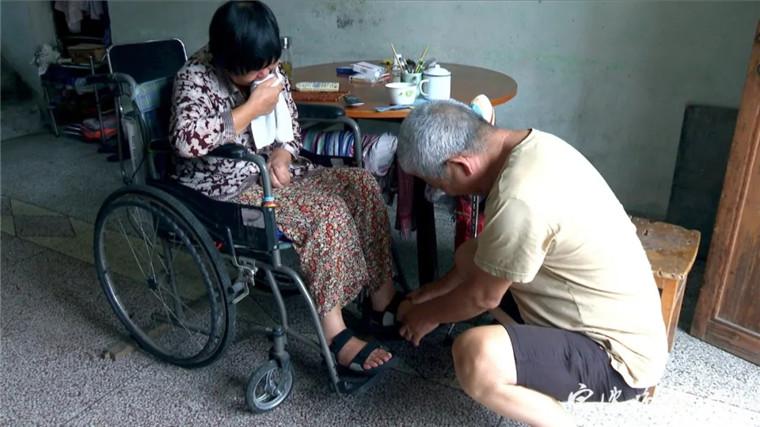 寧波男子放棄工作 21年照顧生活不能自理的妻子
